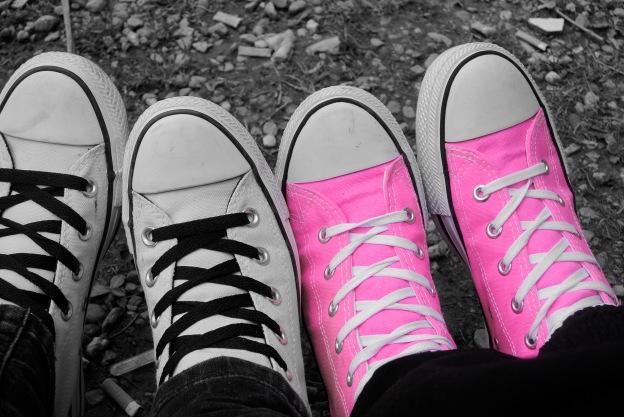 Scarpe... potrebbero mancare in una foto di adolescenti?